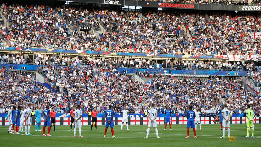 Paris crowd pays tribute to Manchester, London victims