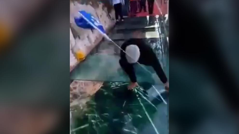 China glass walkway 'cracks' when visitors walk on it