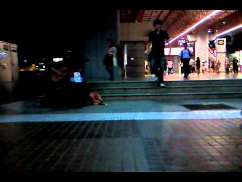 街头艺人在裕廊东地铁站唱《欢喜就好》