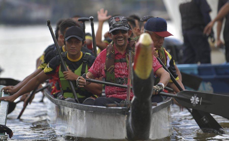 Brunei Sultan joins Sarawak long boat race, wins VIP category