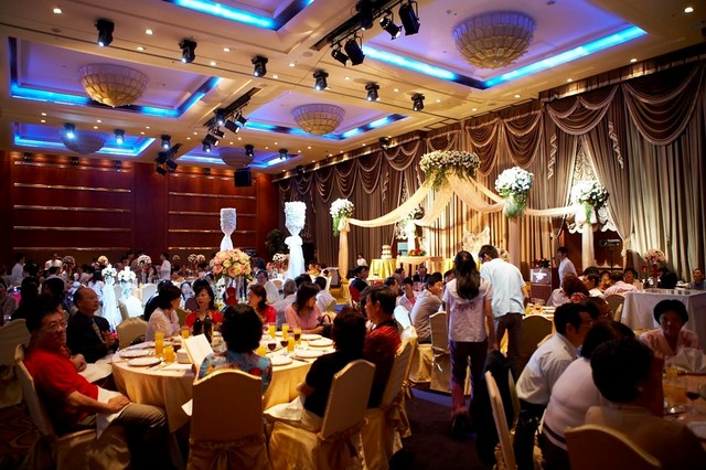 婚宴一桌2万6!五星饭店「给宾客坐塑胶椅」他嘆不如路边摊 网友「细看舞台设计」却赞:超用心的