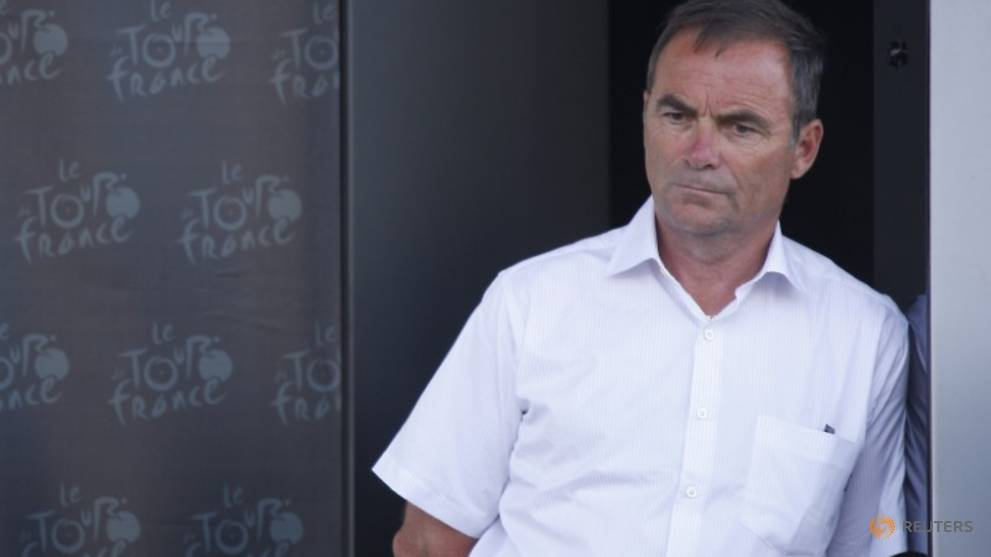 Hinault calls for riders to strike if Froome races in Tour de France