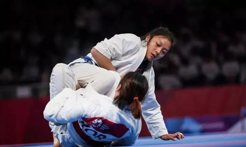 新加坡女将首次被列为亚运赛项的巴西柔术项目中,获取历史性的一枚银牌!