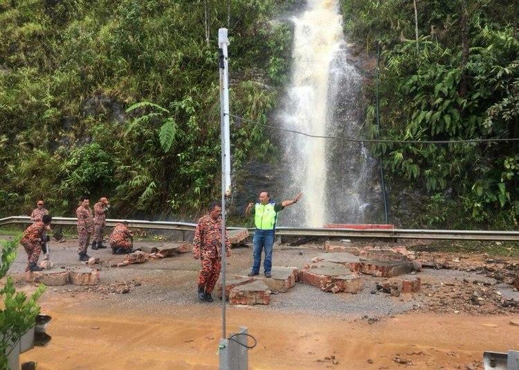 Gushing Waterfall Spills Water Onto Jalan Simpang Pulai Cameron Highlands Nestia