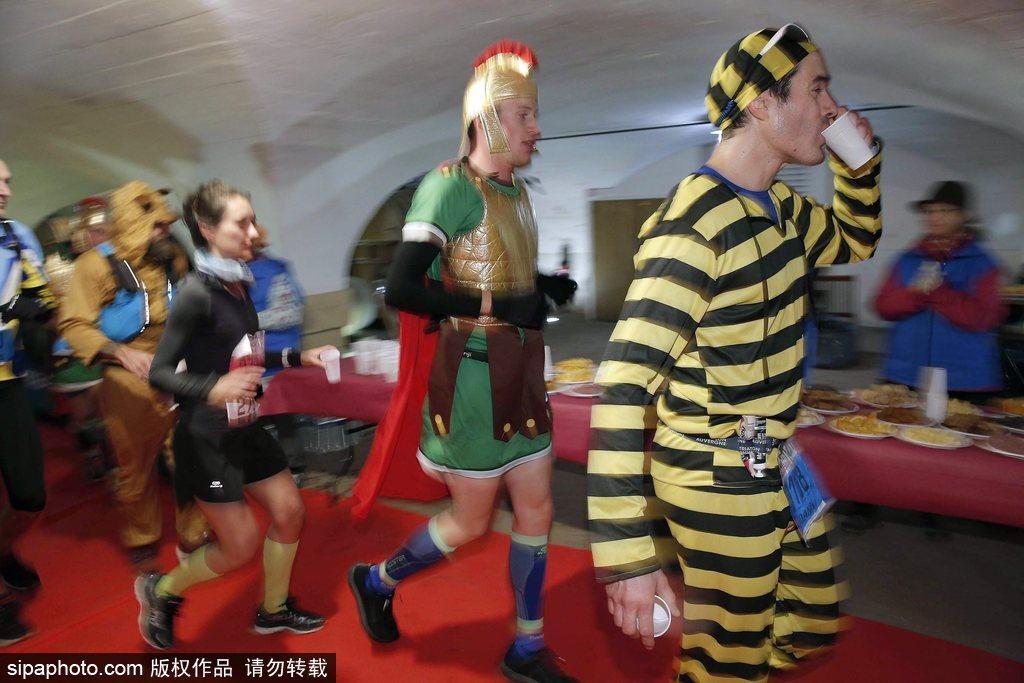 2018法国博若莱马拉松鸣枪 奇装异服享受传统葡萄酒狂欢