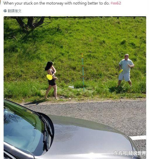 假日出游遇堵车?美女大方躺在高速路上晒日光浴