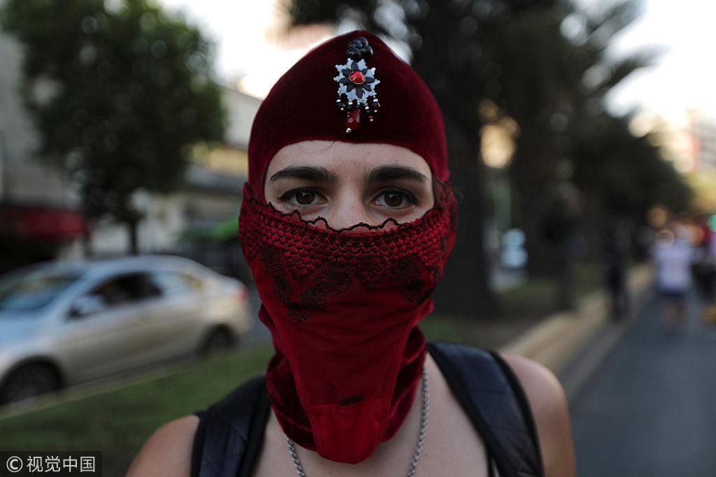 智利妇女穿黑衫走上街头示威 抗议性别暴力