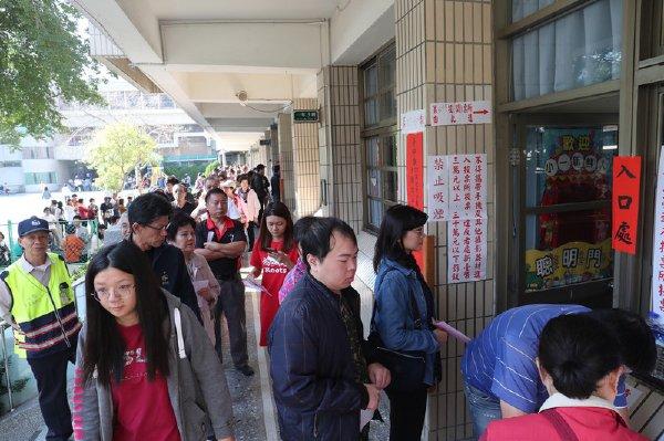选民大排长龙 中选会:下午4时前排队都可投票