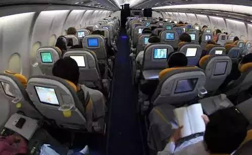 看美国空姐教训撒泼的中国乘客, 国内空姐有这个胆吗?!