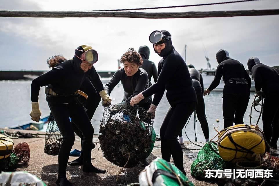 """""""老太婆潜水团""""靠潜水捞海鲜赚钱 称自己是就像美人鱼"""