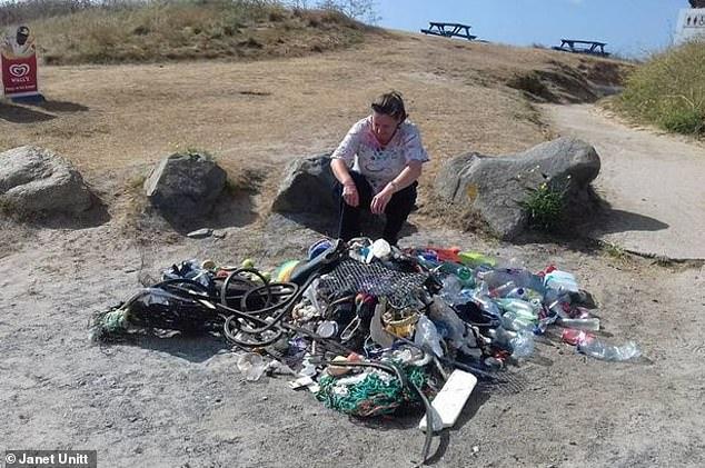 """英国海滩现大量""""进口""""垃圾 清洁工:那么远都能漂来"""