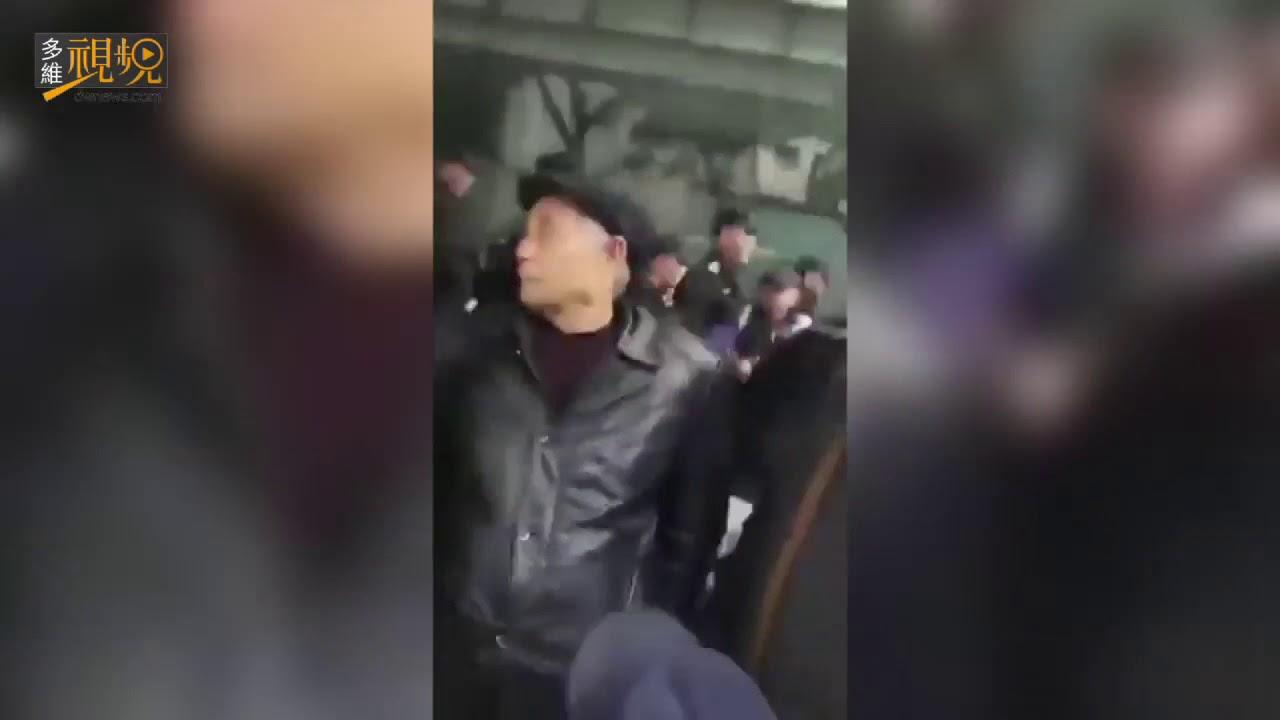 四川老兵围堵退役军人事务厅 与警察爆发激烈冲突