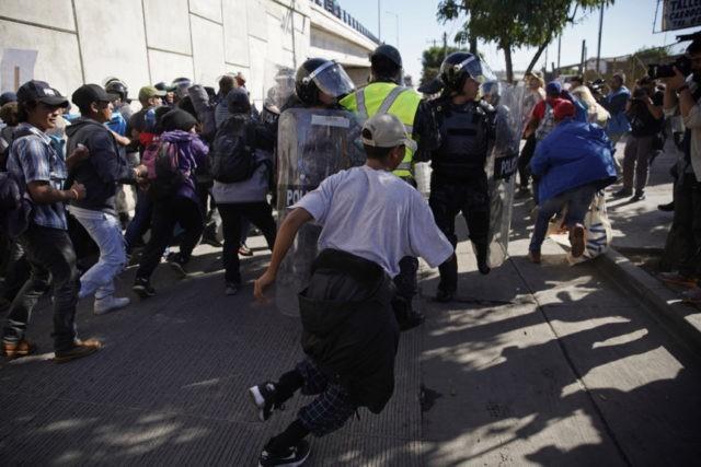 大批移民冲击美墨边境 美国发射催泪弹进行阻挡