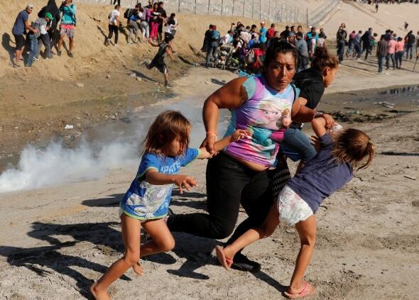 特朗普谈美国向移民发射催泪弹:移民很粗暴 我们不得已