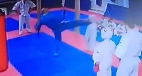 俄罗斯一9岁学生犯错被武术教练勐踢脸部
