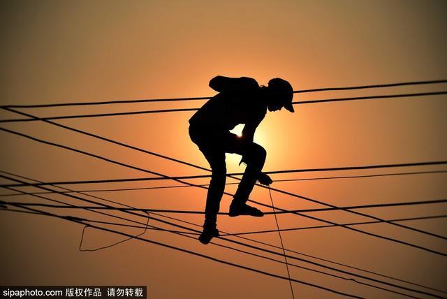 电工装线惊险似杂技!印度劳工为大壶节建造浮桥