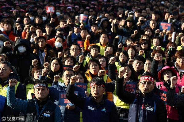 首尔街头爆发反政府示威游行 民众与防暴警察对峙
