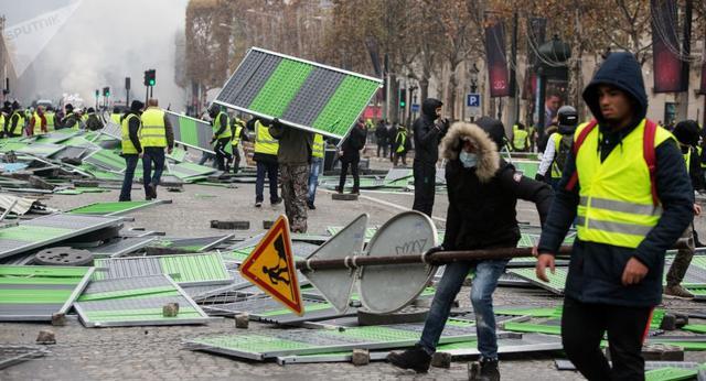 """法国""""黄背心""""运动致10年来最严重骚乱 总理将与抗议者对话"""