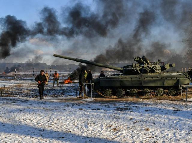 乌克兰军队俄乌边境搞军演 波罗申科现场观摩