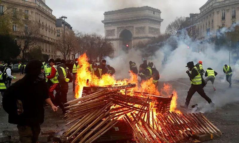 法国五十年来最大暴乱!巴黎全城硝烟弥漫,新加坡外交部紧急提醒......