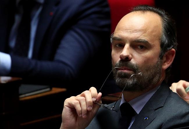 法国总理回应黄背心运动 暂缓提高燃料税