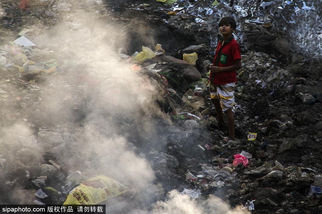 孟加拉国达卡:垃圾燃烧污染大气 路人出行捂口鼻