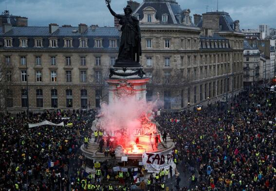 俄参与法国黄背心抗议?俄议员回击:这锅我们不背