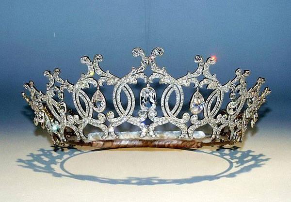 英盗贼入侵名胜古迹 盗走价值数百万英镑钻石王冠