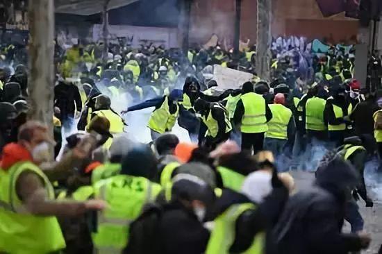 """法国""""黄背心""""运动升级!1700多人被捕!"""