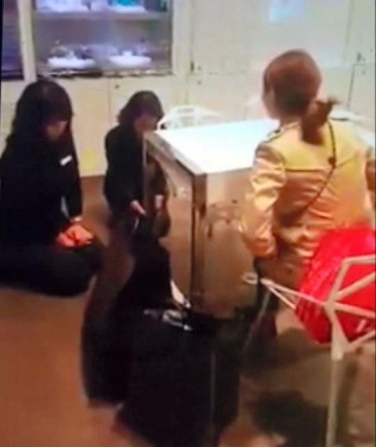 强迫服务员下跪、打骂店员...韩国暴躁顾客引热议
