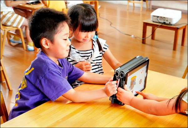 美研究:儿童每天盯荧幕逾2小时 语言推理变差