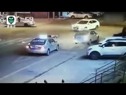 【多维新闻】洗浴中心消费后两男子马路上斗殴 一人倒地不起遭出租车碾压身亡
