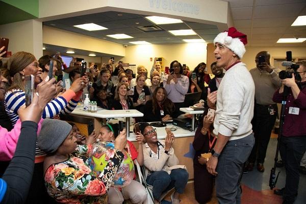 """奥巴马扮""""圣诞老人""""送惊喜 扛麻袋给孩子们送礼物"""