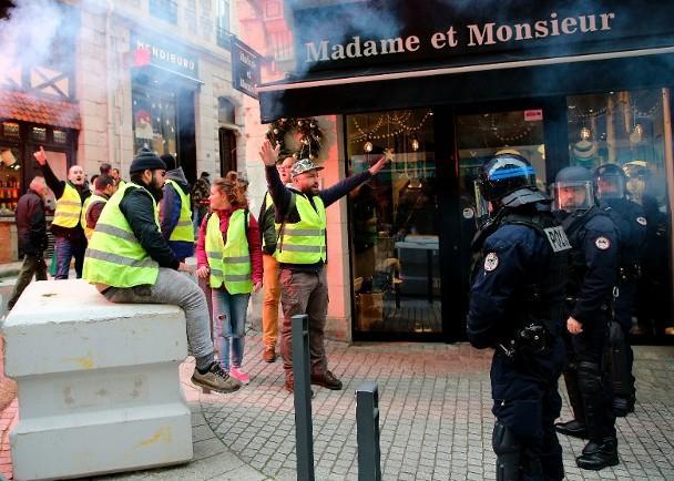 """为平息""""黄背心""""骚乱 法国会通过150亿欧元减税案"""