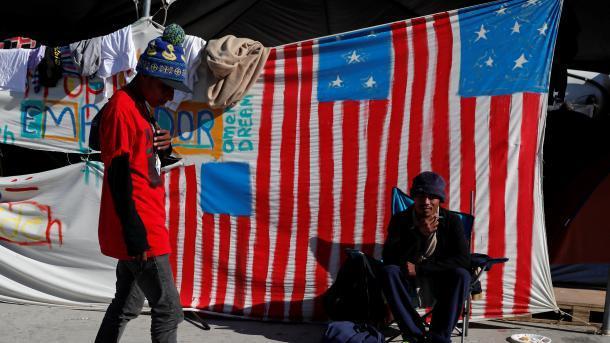 """墨西哥""""妥协""""了:同意移民在境内等待美国审查"""