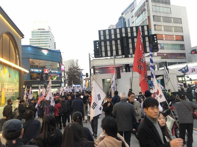 韩国3000民众集会:举朴槿惠美颜照 星条旗铺地