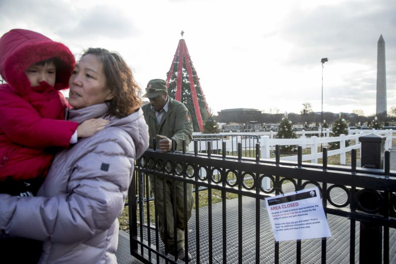 Shutdown takes the twinkle out of national christmas tree