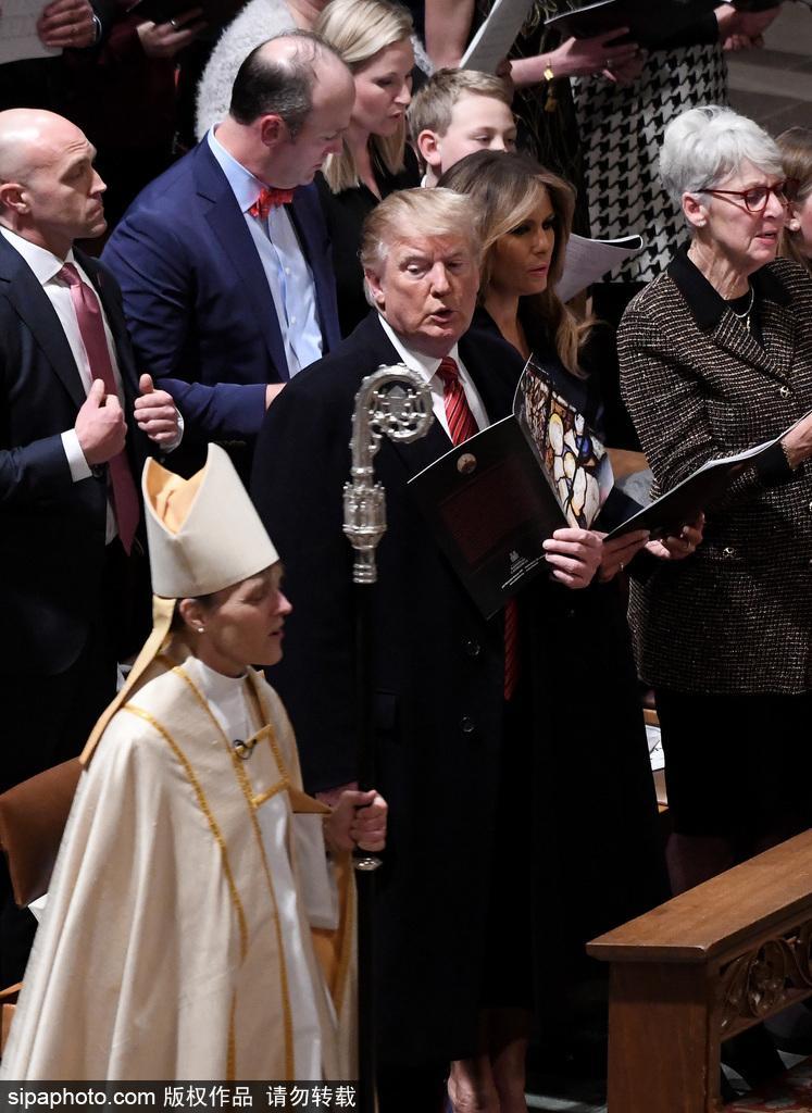 特朗普夫妇出席在华盛顿国家大教堂举行的平安夜仪式