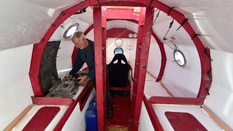 法国71岁老人拟3个月横渡大西洋 只靠一胶囊舱