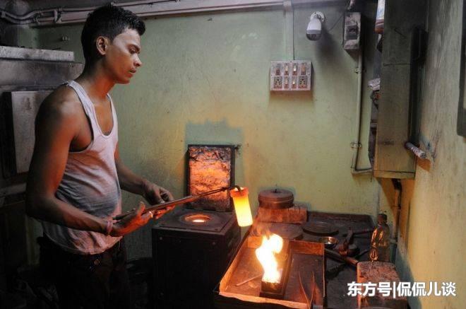 看看印度工人如何用简陋的设备来加工黄金首饰的!