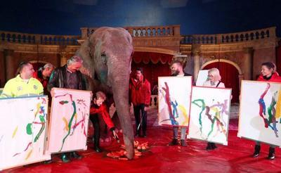 这头大象的一幅画卖出千元,创作完全看心情!