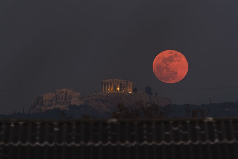 A super blood wolf moon will glow red in the sky this January