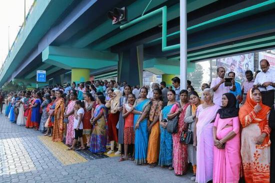 印数百万女性街头抗议 组成620公里壮观人链