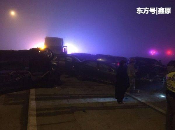 美德州跨年夜发生特大车祸,20多辆汽车摩托车撞一起,伤亡不明