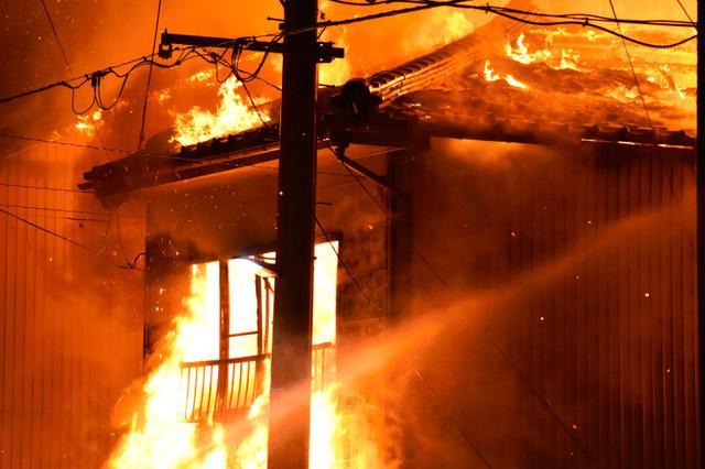 日本一繁华街道突发大火:15栋楼被烧 一家三口死亡