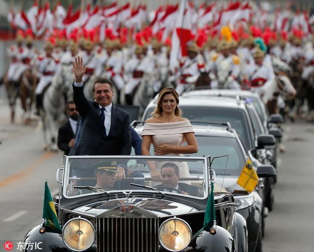 巴西新总统就职典礼现插曲 车辆与马匹险相撞令人惊慌不已