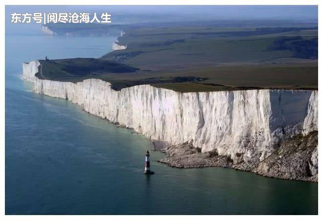 英国父母带两个孩子拍照,地址选在悬崖边,网友:请放过孩子