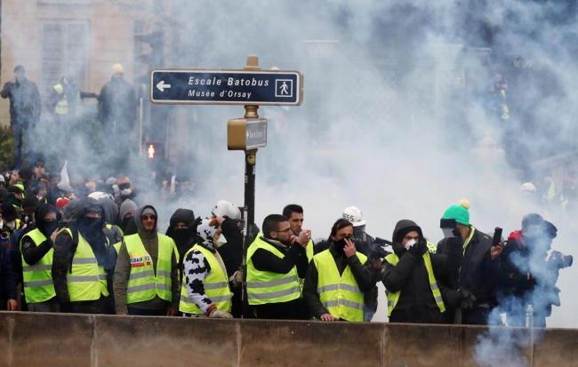 """法国总统马克龙的强硬立场引发""""黄马甲""""反攻"""