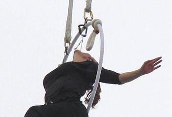 特技女演员仅凭牙齿悬挂高空 整个过程令人惊叹!