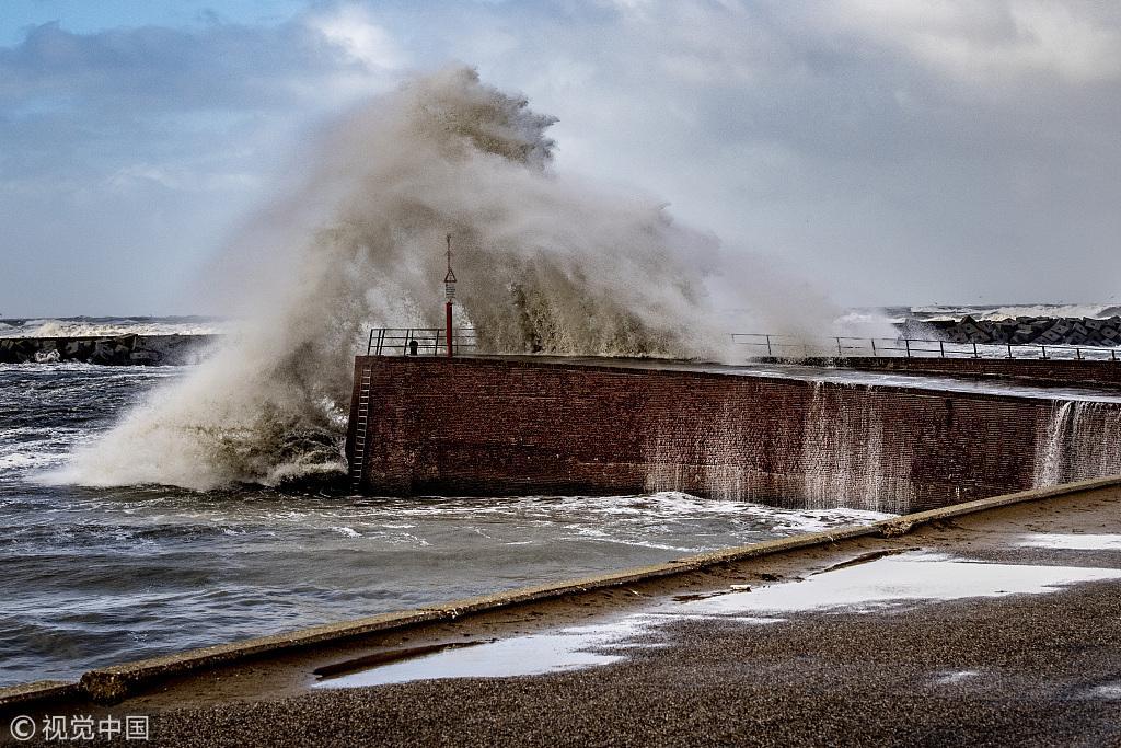 狂风巨浪袭击荷兰